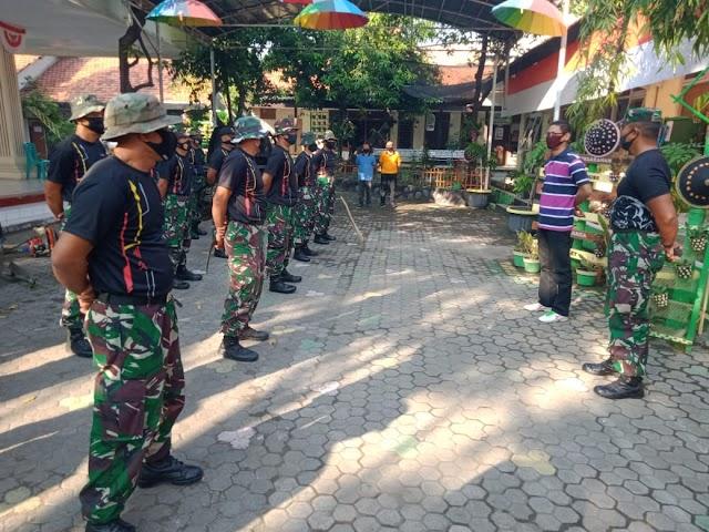 Prajurit Yontankfib 2 Mar Laksanakan Bersih-Bersih Tempat Pelayanan Publik