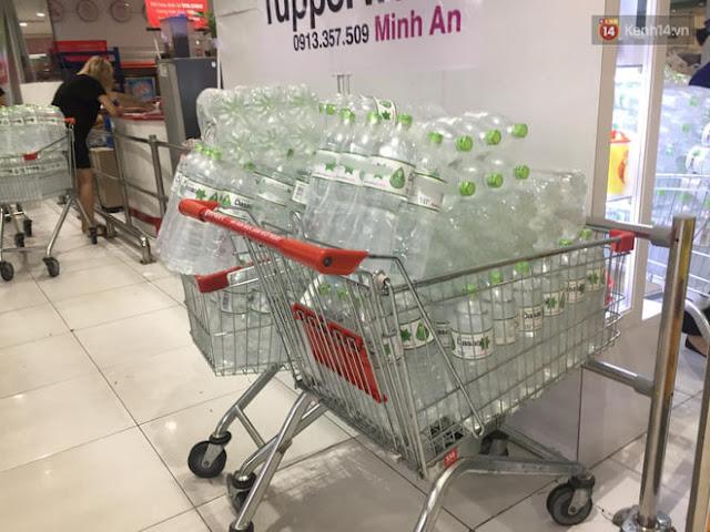 Sự cố nước nhiễm hóa chất, người dân Hà Nội xếp hàng, chi tiền triệu để mua nước khoáng sinh hoạt