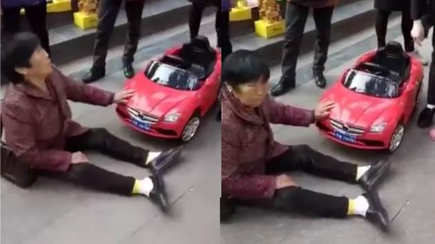 Ibu Paruh Baya ini Marah-Marah Ketika di Tabrak Oleh Mobil Mainan
