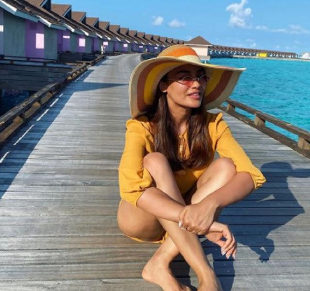 Surbhi Jyoti ने अपनी हाॅटनेस से बढ़ाया मालदीव का पारा, कई तस्वीरें हुई वायरल