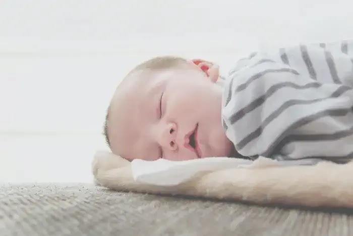 bolehkan bayi berusia 1 bulan tidur dalam posisi miring