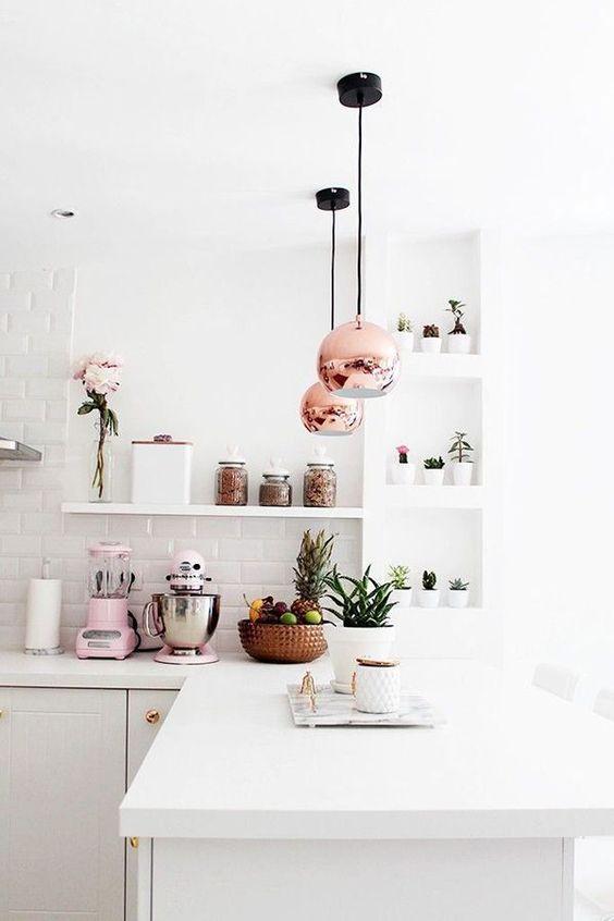 cozinha com prateleira  armarios brancos piso branco