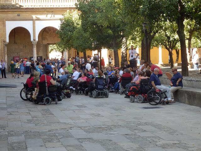 Unas 30 personas con movilidad reducida reciben información sobre la Mezquita - Catedral de Córdoba.