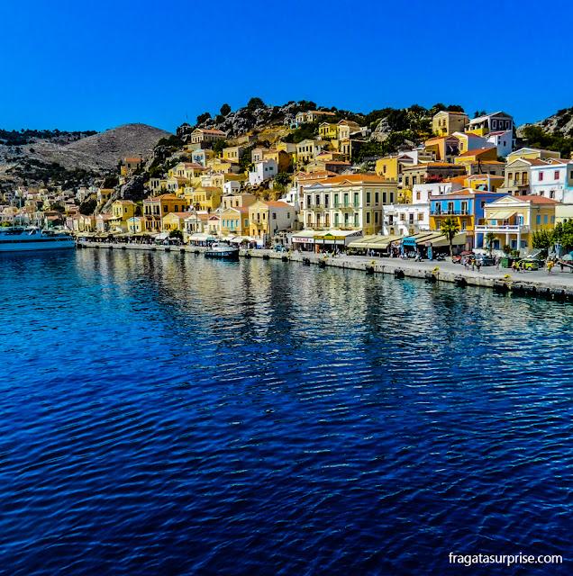 Porto da Ilha de Sými, no Dodecaneso, Grécia