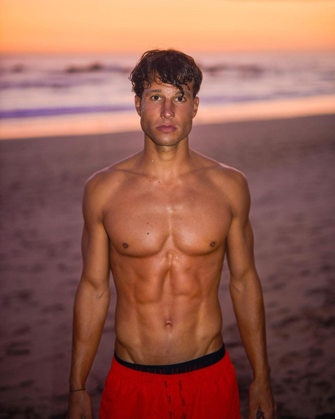 hot-male-models-torben-konig-shirtless-abs-jawline-beach