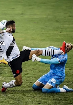 Lustige Fußballfoto-Spucke gegen Torhüter