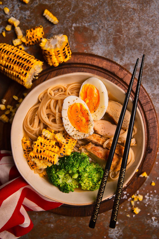 Ramen z kurczakiem, jajkiem, brokułem i kukurydzą