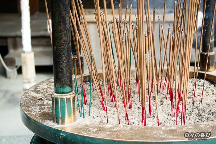 bâtons d'encens dans un brasero, Kinkaku-ji, Kyoto