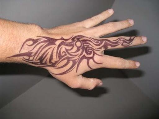 Uma única tatuagem tribal para a mão de dedo