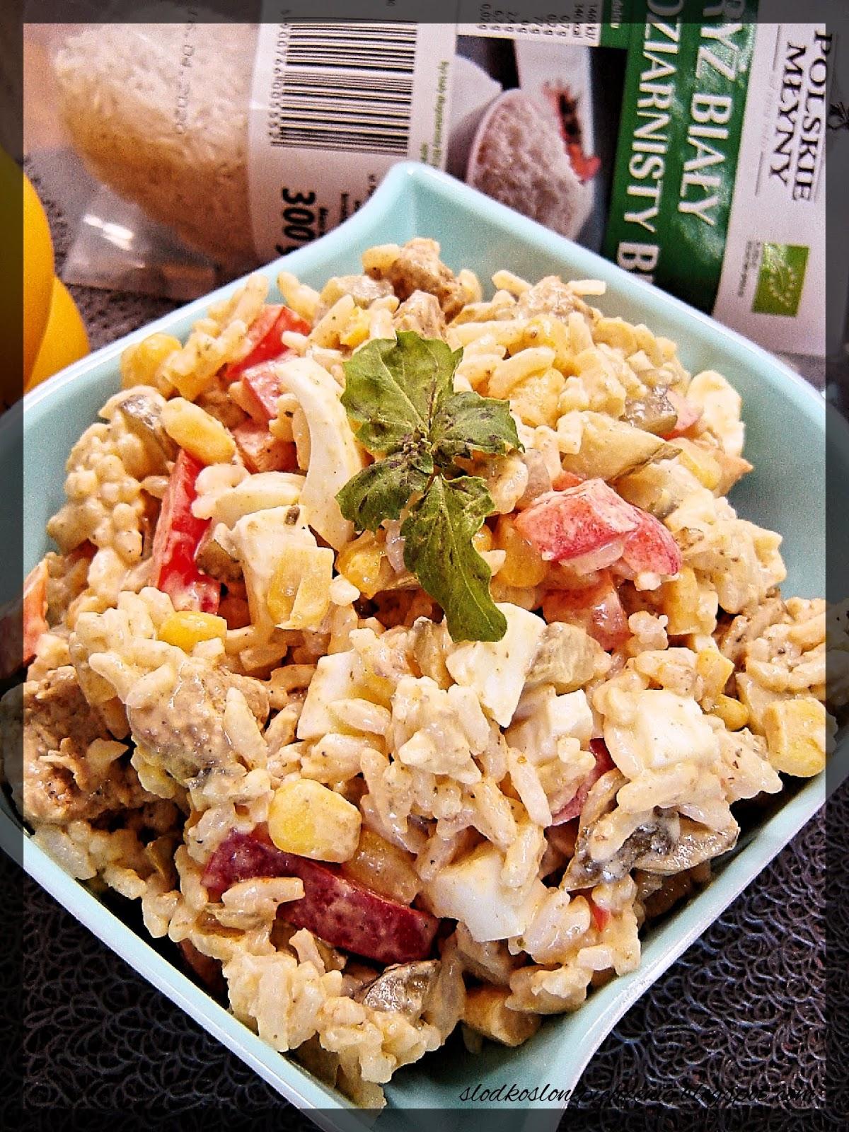 Sałatka ryżowa z kurczakiem, jajkiem i warzywami
