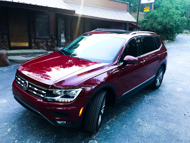 Front 3/4 view of 2020 Volkswagen Tiguan 2.0T SEL with 4MOTION