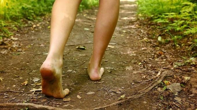 Los científicos explican lo que le sucede a tu cuerpo cuando caminas descalzo