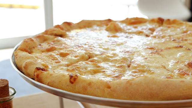 creamy garlic and cheese pizza