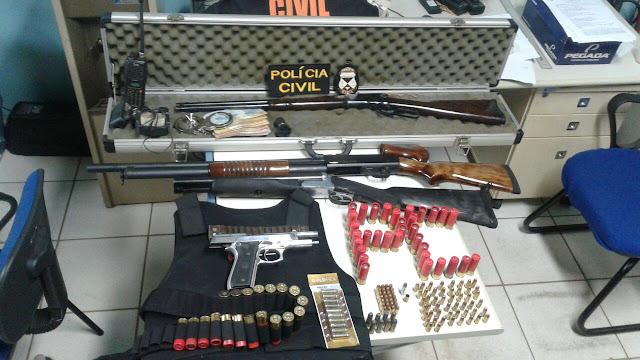 """Polícia Civil de Cacoal apreende verdadeiro arsenal de guerra em armas de grosso calibre, munição, colete a prova de balas e dinheiro com a temida """"Família Pokan"""" em Cacoal"""