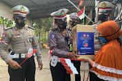 Wujudkan Polri Peduli, Satlantas Polres Bojonegoro Berikan Paket Sembako dan Bendera Merah Putih untuk Warga Terdampak Covid -19*