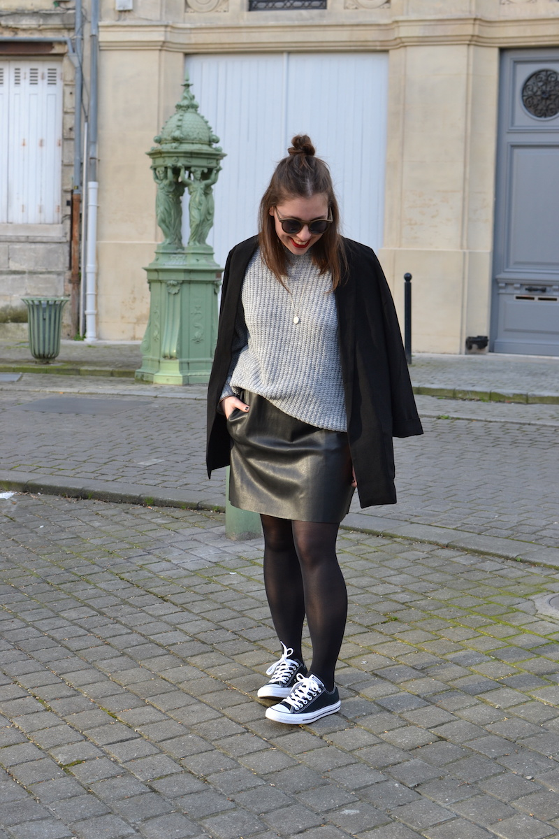 blazer noir Pimkie, pull gris Missguided, jupe simili cuir Zara, converse base noir, lunette de soleil ronde noir Asos
