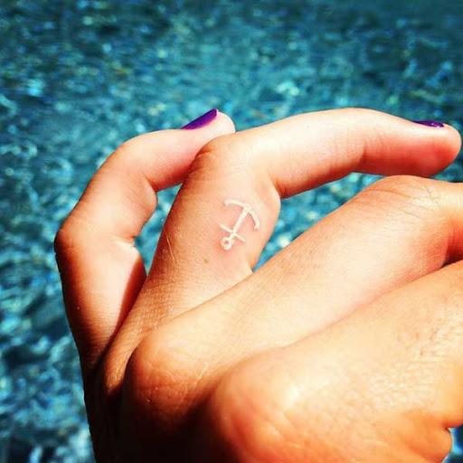 Âncora Tatuagem no Dedo
