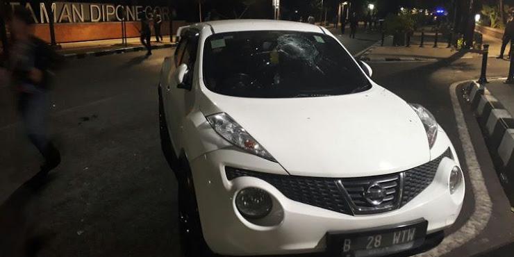 Bentrokan di Depan Lembaga Bantuan Hukum Indonesia Sebabkan Kerusakan Mobil