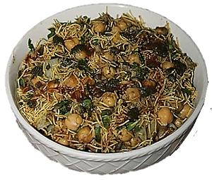 पाणि पुरी के बाद चाट सबसे प्रसिद्ध और सबसे ज्यादा खाया जाने वाला स्ट्रीट फूड है। यहाँ आपके घर पर मूंग दाल और चटनी के साथ आलू चना चाट बनाने की विधि दी गई है।     घर का बना चाट गली में लारी के उपलब्ध चाट की तुलना में भी स्वादिष्ट है और परिवार की सुरक्षा के लिए स्वास्थ्यकर भी है।
