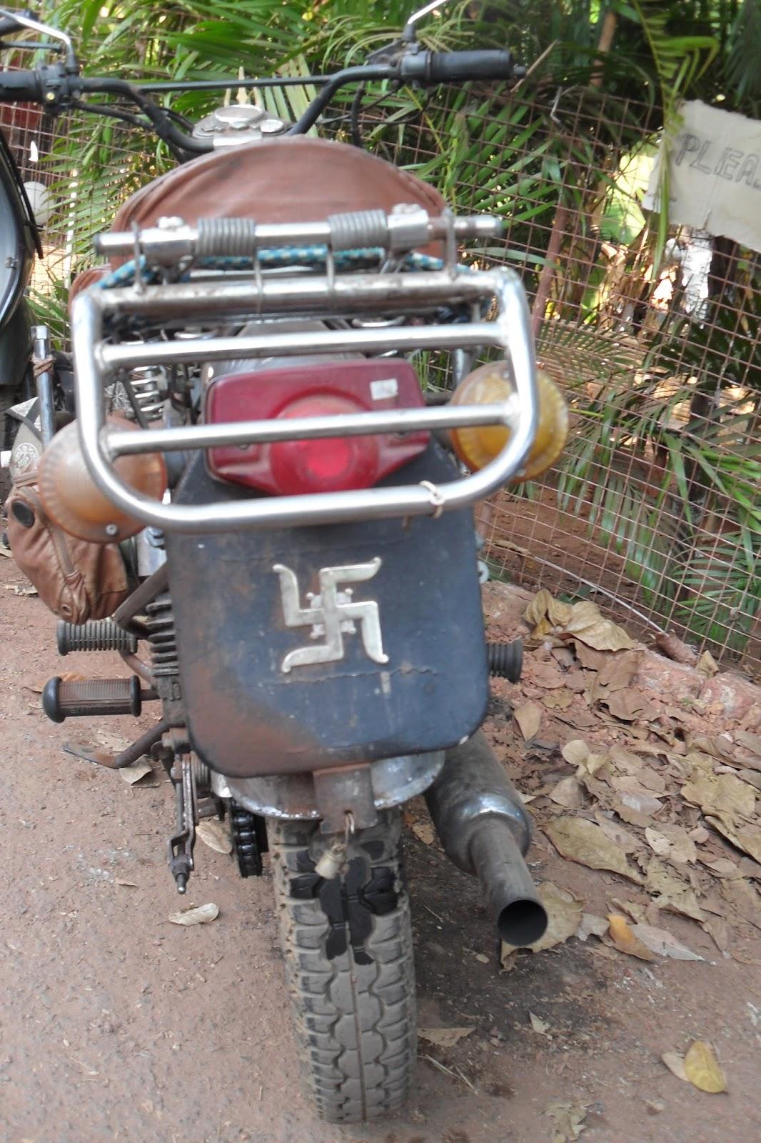 Знак свастики на брызговике мотоцикла