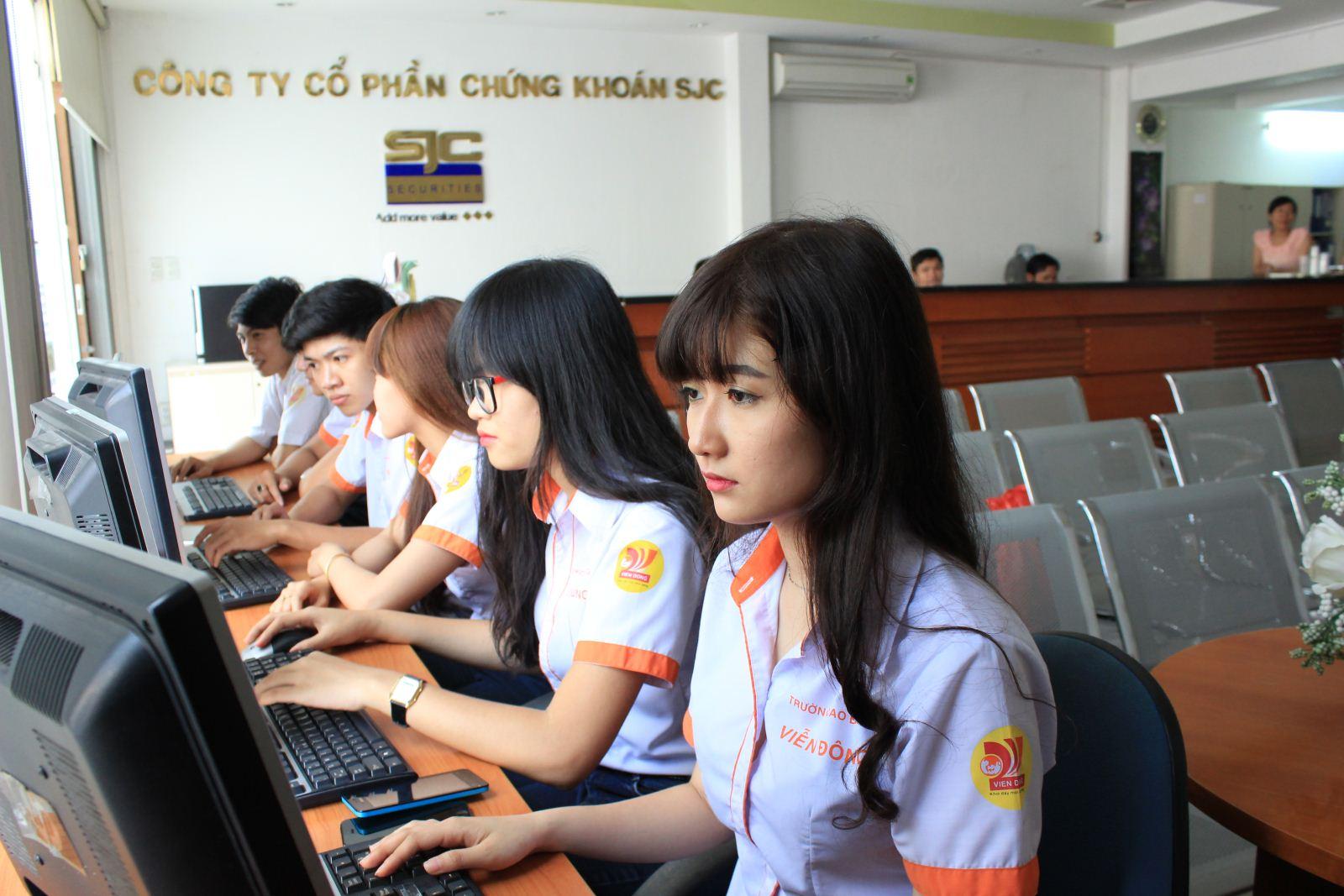 Sinh viên tốt nghiệp ngành Tài chính Ngân hàng