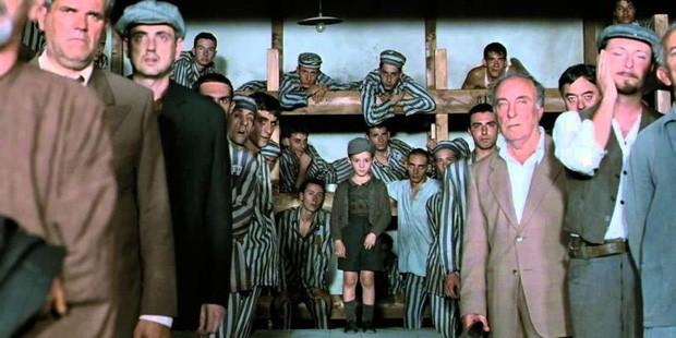 Benigni đóng vai Guido Orefice, một người chủ hiệu sách gốc Do Thái và con trai bị bắt vào trại tập trung của phát-xít Đức.