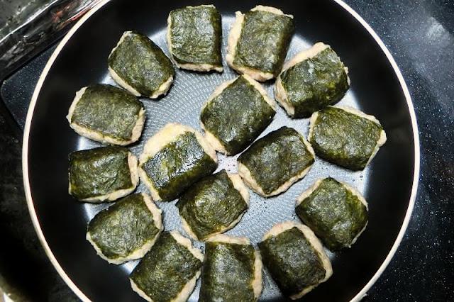 水煮大豆入りつくねをフライパンで焼く