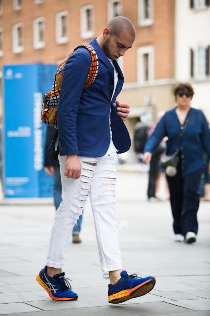 outfit uomo con giacca estiva e sneakers asics