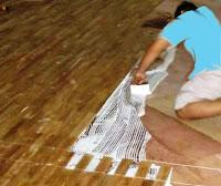 Proses pengeleman sebelum dipasang lantai kayu Jati
