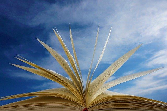 gambar buku terbuka di luar ruangan