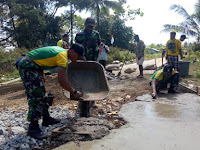 Serbuan Teritorial, Satgas Yonif Mekanis Raider 411/Divif 2 Kostrad Bantu Pengecoran Jalan Di Kampung Toray