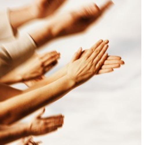 Mãos batendo palmas. #PraCegoVer