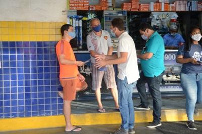 Corredores de comércio são palcos da campanha de Guto nessa quinta-feira