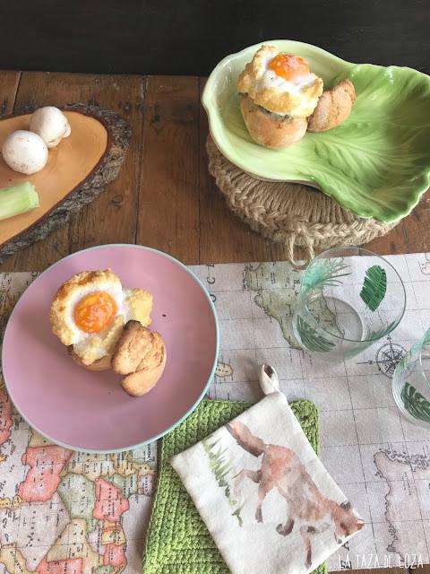 Huevos nube con bollos de pan rellenos
