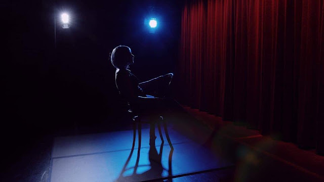 anachronism-ths-evis-tzortzh-mia-solo-performance-sta-55a-dhmhtria