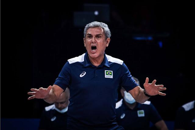 Técnico Zé Roberto Guimarães comandando a seleção brasileira feminina na VNL