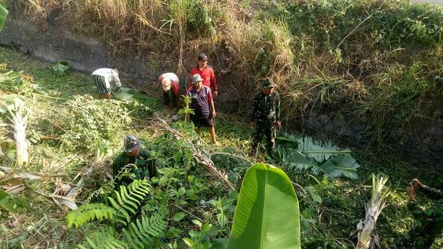 Babinsa Dan Warga Gotong Royong Bersihkan Saluran Irigasi
