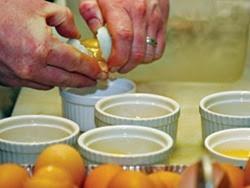 Ai dễ trúng độc trứng gà?