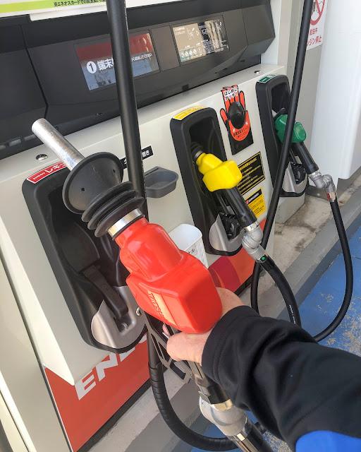 レギュラーガソリンの給油ノズルは赤い