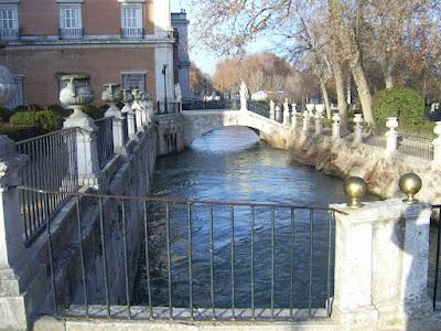 Río Tajo a orillas del Palacio  Real  de Aranjuez (Madrid)