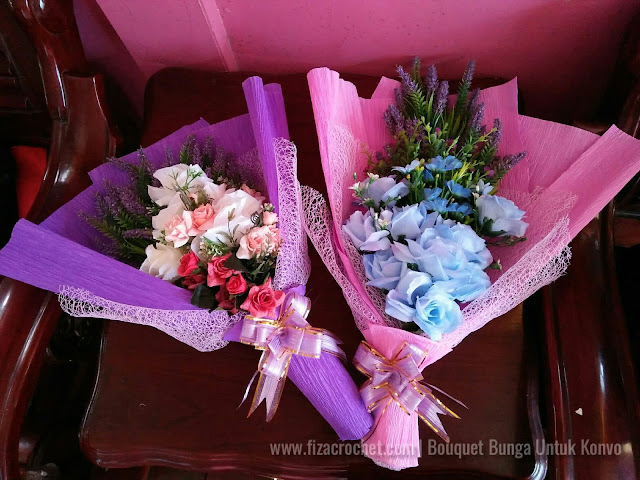 Wrapping bouquet bunga untuk konvokesyen