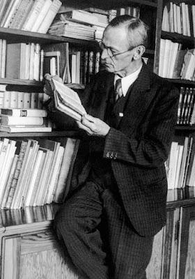Ο Χέρναν Έσσε στο γραφείο με τα βιβλία του / Hermann Hesse and his books