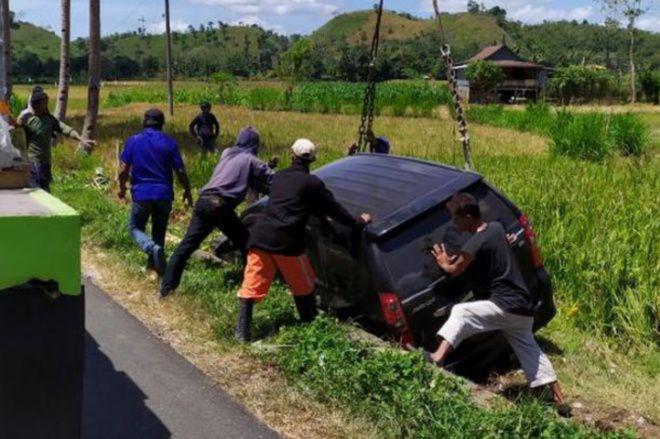 Mengantuk, Mobil Sekcam Libureng Bone Tergelincir ke Sawah
