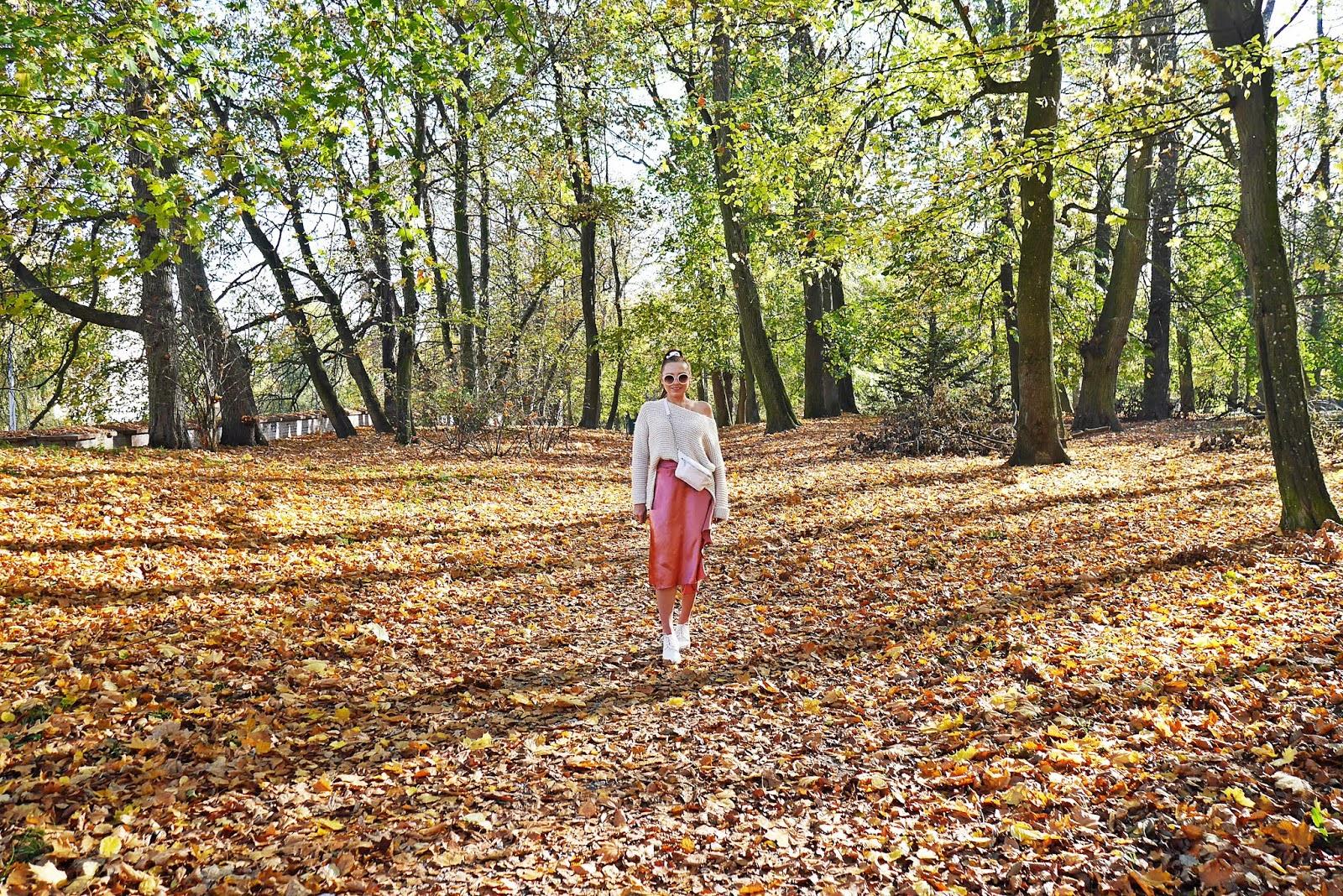 satynowa różowa spódnica bonprix kremowy sweter biała nerka buty platformy stylizacja jesienna blog modowy blogerka modowa puławy karyn