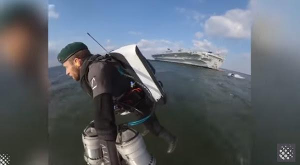 Στρατιώτης Iron Man κάνει ελιγμούς πάνω από τη θάλασσα που κόβουν την ανάσα