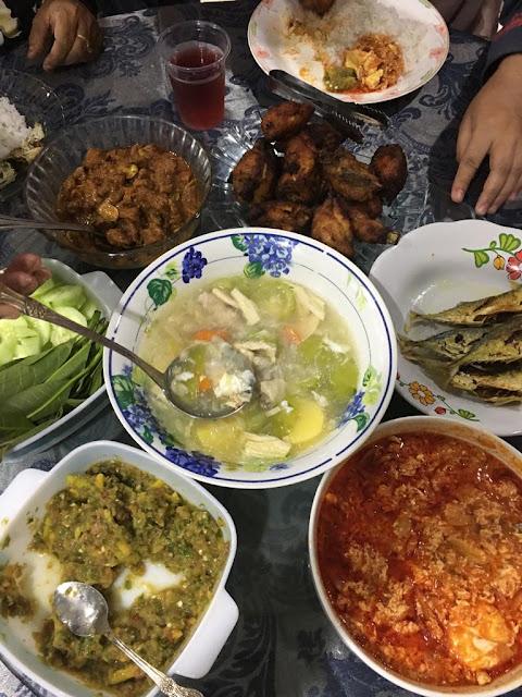 Sambal Petai Daging,Sup Suhun Fucuk Sama Petola, Ayam Goreng Berempah,Ikan Goreng,Sambal Belacan Kuinin,Ulam ulaman