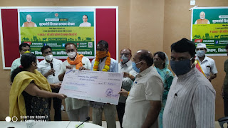 मुख्यमंत्री किसान कल्याण योजनांतर्गत किसानों को प्रमाण-पत्र एवं सम्मान निधि के चेक वितरित किए