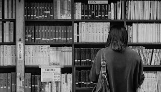 Escolhendo livros em uma biblioteca no Japão