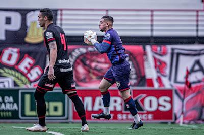 Com ajuda do VAR, Atlético vence Aparecidense e se classifica para a final do Goianão
