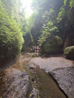 Tukad Cepung Waterfall o Cascada Tukad Cepung, Isla de Bali, Indonesia.
